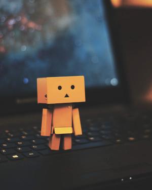 Mini robot na laptopie